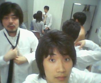 白シャツ黒ネクタイ